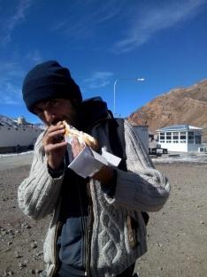 A peine franchie la frontière, Roro fonce au snack et mange un superpancho !