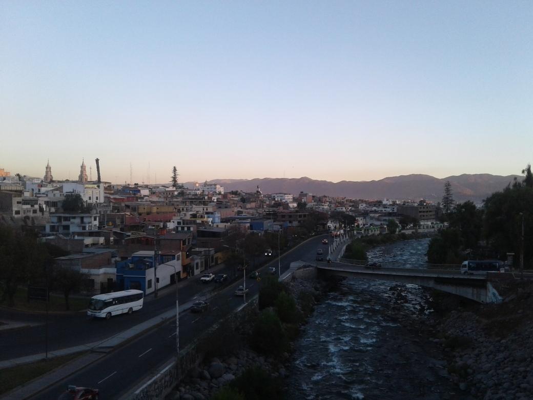 Vue depuis le pont qui traverse le rio chili à Arequipa au Pérou