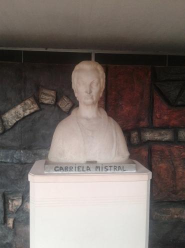 statue de gabriela mistral au musée de vicuna dans la vallée del elqui au chili