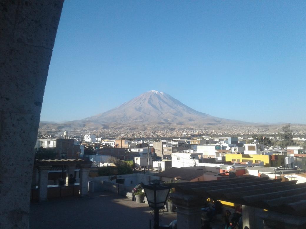 Volcan Misti depuis le mirador d'Arequipa au Pérou