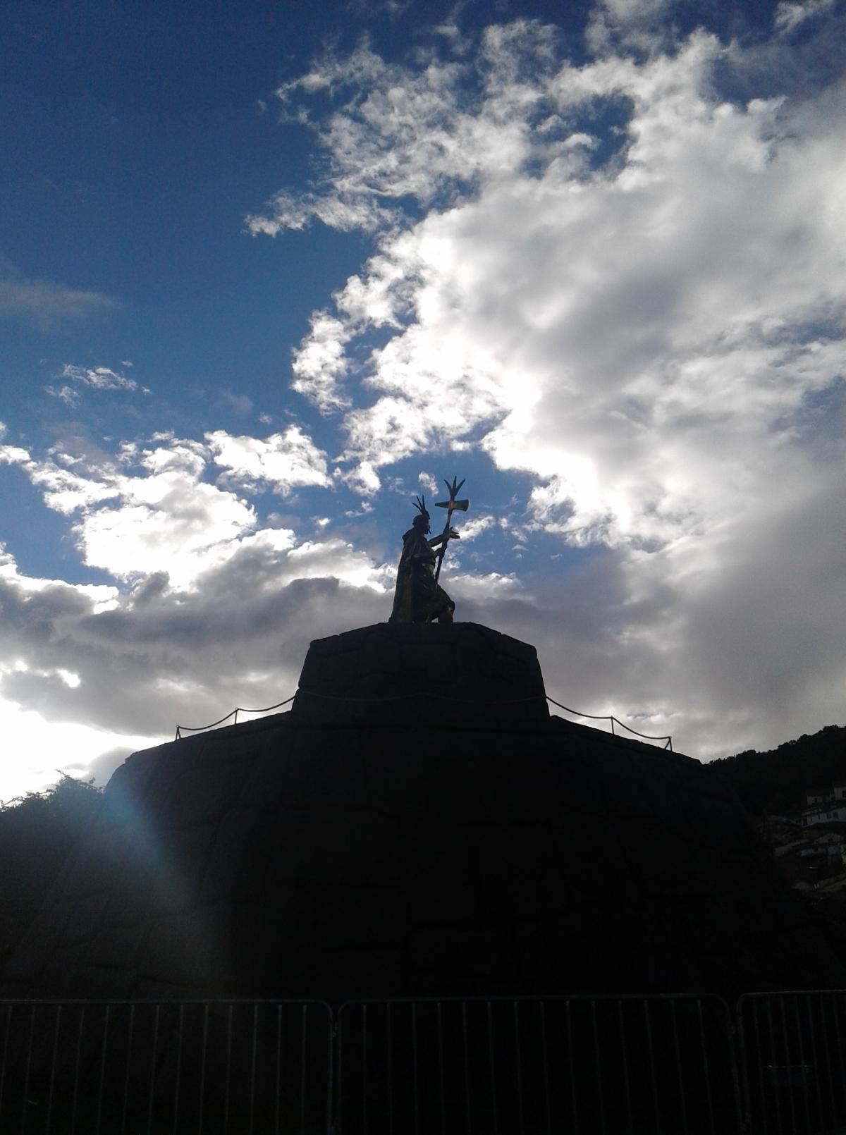 El Inca de Oro sur la plaza mayor à Cuzco